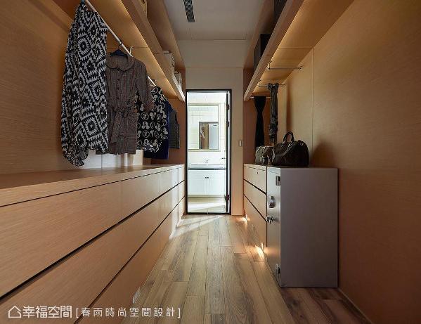更衣间规划多元收纳机能,挂杆、抽屉柜与层板形式满足屋主储衣要求。