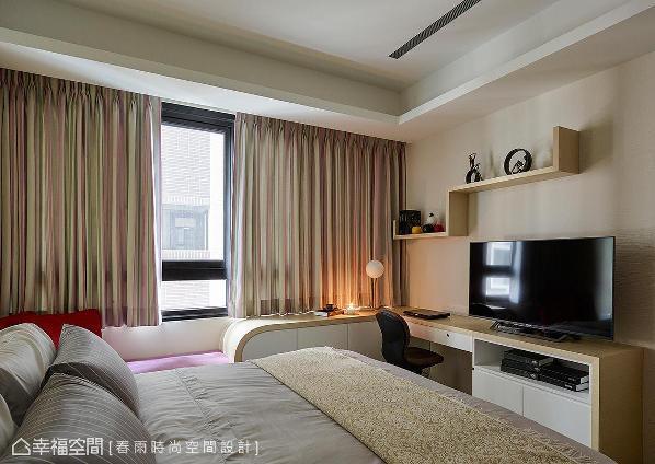 屋主期望空间富有活泼调性,周建志设计师将彩度表现于窗帘布幔上,为空间增添青春气息。