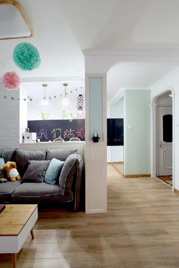 沙发后面是工作台、吧台,随处可坐,随处都可以发现设计中的亮点。