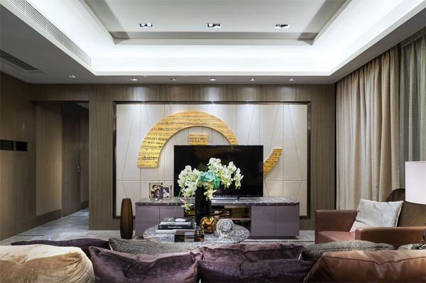 首先带大家来看看120平欧式风格的大厅,整体色调为米黄色,你们有没有注意到电视背景墙,这里是设计师精心设计的一个标志,为客厅增加了不少颜色,也使的整个空间更加灵动。