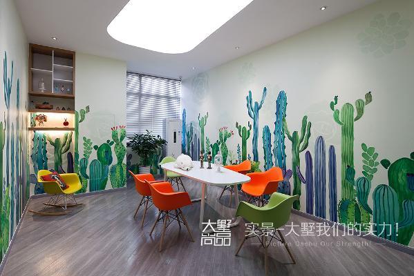 洽谈区里富有童趣的墙绘,清新而时尚,色彩鲜艳的桌椅,给来访的客人耳目一新的视觉感受。