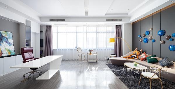 董事长办公室,个别区域的地毯、特有的照明设计、洁白的天花板、还有墙壁配件,这一切都是那么的清爽自然,空间材质不多,用色也很少,但是很好得做出了空间层次。