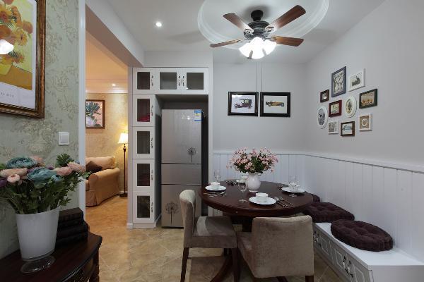餐厅设计了卡座,圆形餐桌,民以食为天,冰箱做了镶嵌式,注重实用。整体的家具配饰颜色和谐统一,富有节奏感。