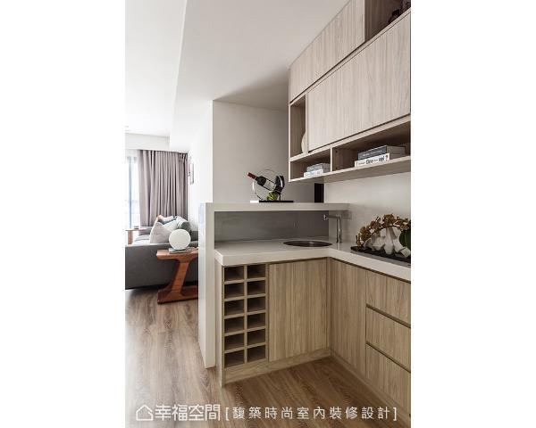 馥筑时尚室内装修设计在餐厅旁设置简易流理台,并于下方规划红酒柜,让屋主可以在此品茗红酒。
