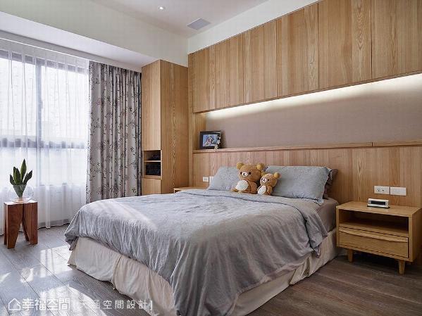 床头设置柜体避开梁下空间,增加储物机能外,也创造出展示平台。
