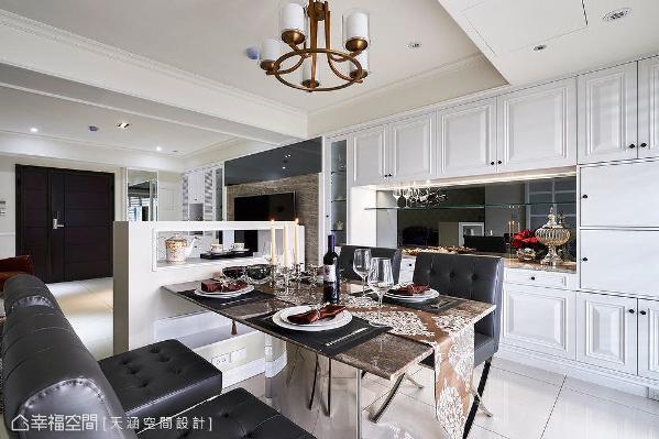 餐桌旁设计比餐桌高些的台座,可以放置精致茶杯组,兼顾机能、展示和隔间,增添用餐乐趣。