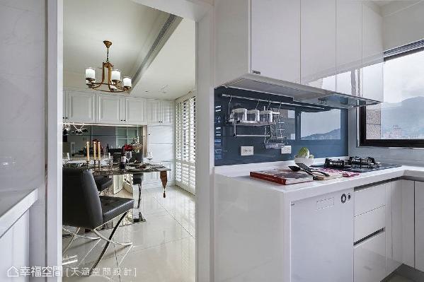 厨房拥有同样河岸景致,但唯一的缺点就是空间较小,因此杨书林设计师让可以独立使用的料理家电移至餐厅后方,收纳在一整面充满乡村风情的线板门片内。