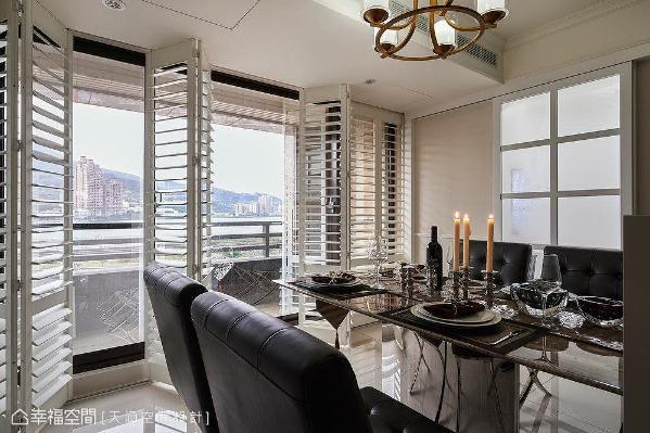 餐厅与厨房之间,采雾玻璃木条拉门作为区隔,除了可以降低油烟的溢散,也不用担心进出时推拉门片,造成前方座位者的不安。