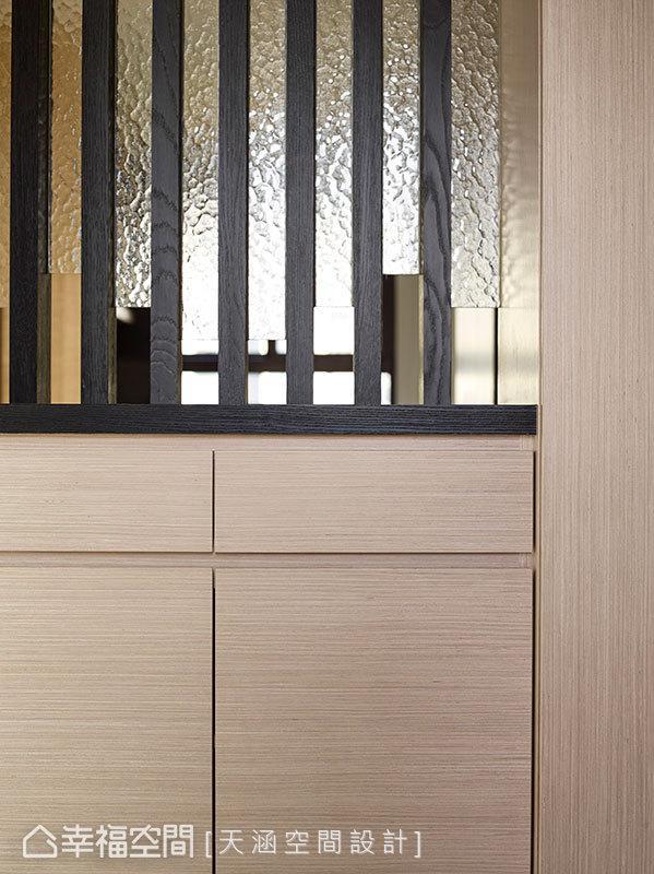 以格栅造型搭配玻璃质材,创造出一道隔屏,带来隐约的遮蔽效果。
