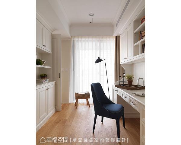 沿着梁体一体成形规划的书桌与柜体,保留些许古典美式线条,更添沉稳书香。