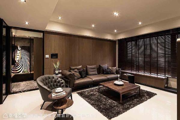 转入公共场域,设计师陈元旻使用天然橡木做为沙发背墙,烘托整体的馨暖氛围,窗下卧榻则是特别为毛小孩所设计的休憩之区。