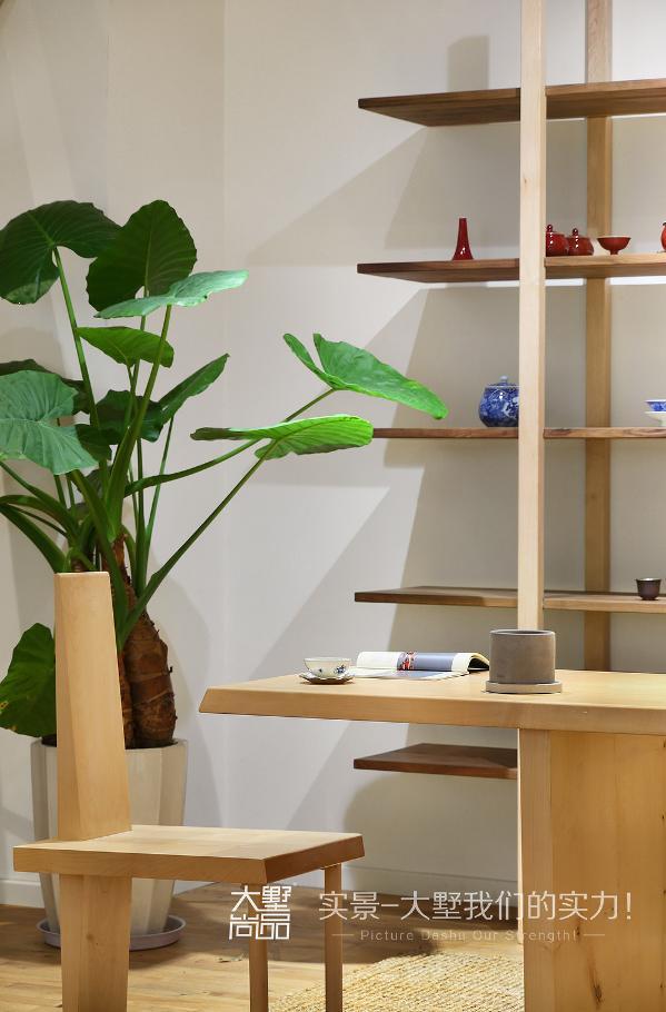 各式造型优美的茶具排成行,仿佛展开了一幅壮观的历史画卷。
