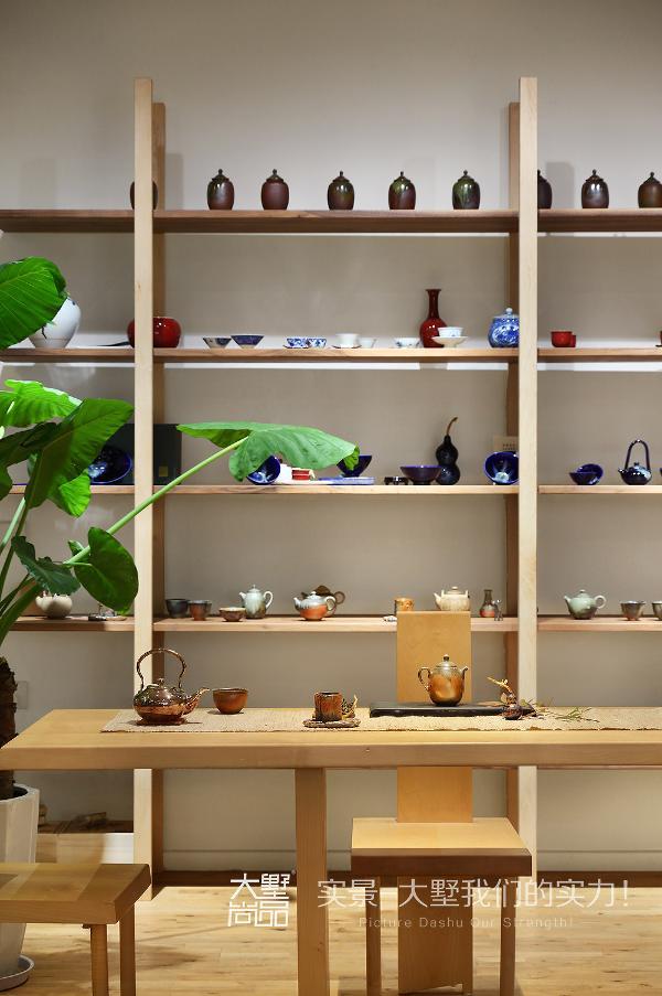 各式造型优美的茶具排成行,仿佛展开了一幅壮观的茶文化画卷。