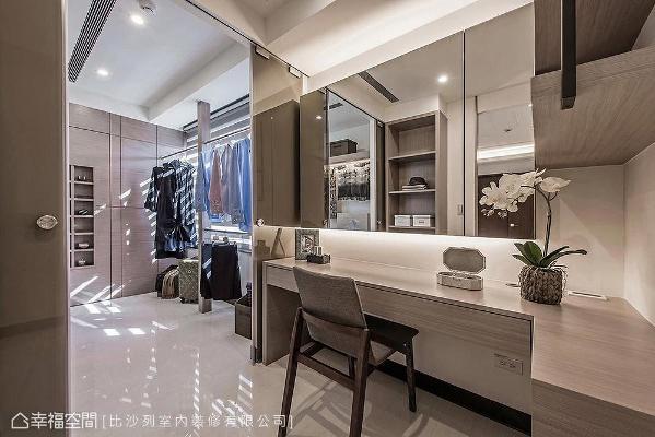 化妆间与更衣空间以茶玻做场域划分,拥有丰富的收纳空间外,更衣室左侧更设计了通往储藏室的暗门。