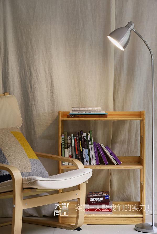 闲暇之余,在躺椅上看看书也是个不错的休息方式。