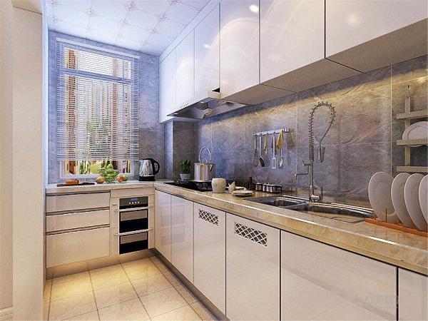 厨房狭长通透,吊柜节省储物空间