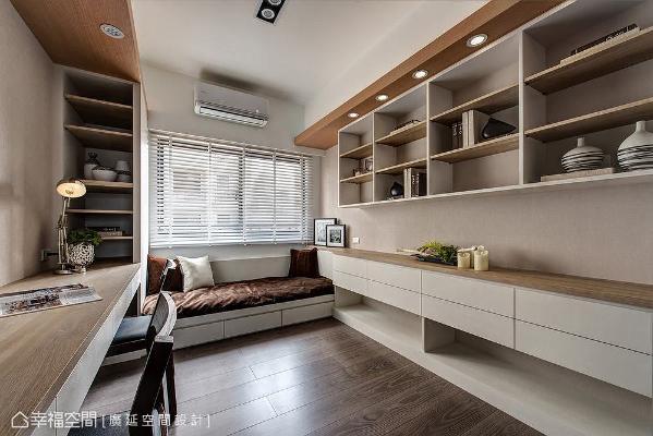 以木作手法打造一体成形的设计,不仅空间拥有一处休闲卧榻区,可兼做书房用途;也让书桌和展示柜、卧榻和书墙串联一气。