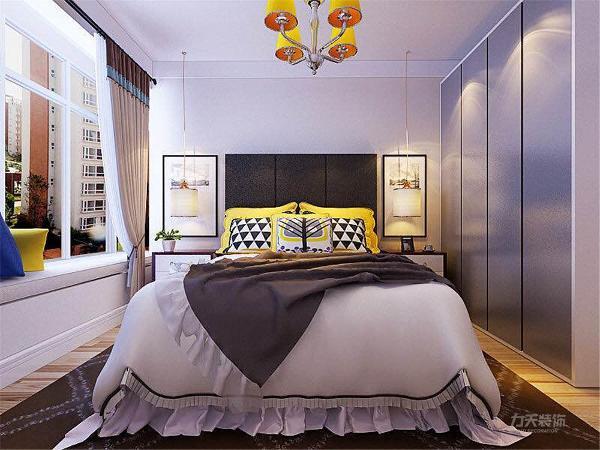 两个卧室与客餐厅风格相同,都是白墙,强化复合地板,简单摆放了1.8m的双人床,不失生活品质。