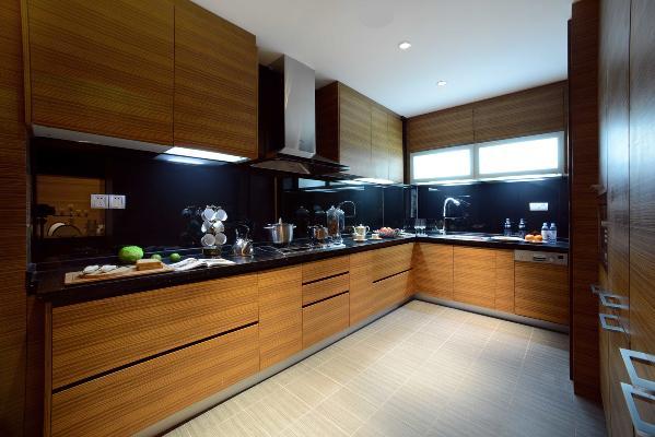 定制的厨房柜体拥有大容量的储物空间,让琐碎的杂物也能够被收纳妥当,选用西班牙雪松作为木饰面板,深色的纹理带来轻微的复古感,也让整个空间韵味十足。