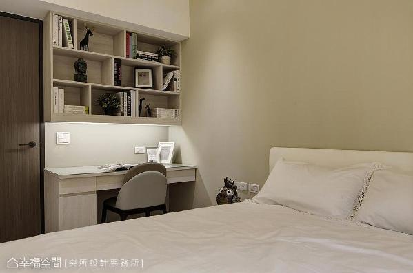 设计师李军汉利用梁下空间设计吊柜安排收纳机能,驼色漆面铺饰主墙搭佐木柜形塑亲和温润的睡眠空间。