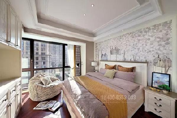 主卧床品以咖色、米色为主,设计师加入了绿色的抱枕和马蹄莲,让沉稳的空间清新了些,床头一幅抽象画与空间里的色彩呼应,精巧细致。