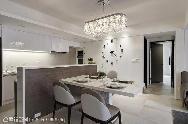 利用中岛区隔厨房与餐厅场域,以石材包覆木质面板的异材质设计,为用餐空间挹注质朴况味。