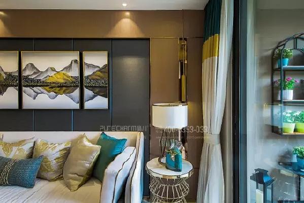 大面积的使用金黄色未免有些流于俗气,所以设计师巧妙的用细线条来展示金属质感,也提升了整个空间的气质。