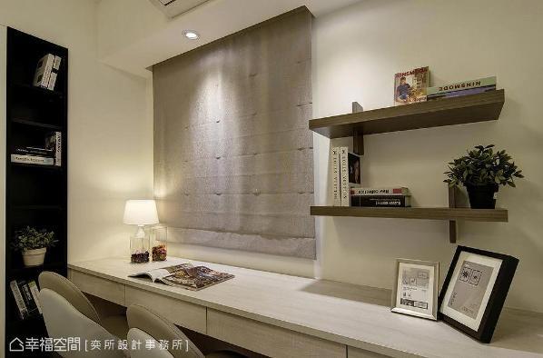 采造型简朴的书桌与层板设计阅读空间,并贴心于天花设以灯光照明,方便屋主看书、处理事务。