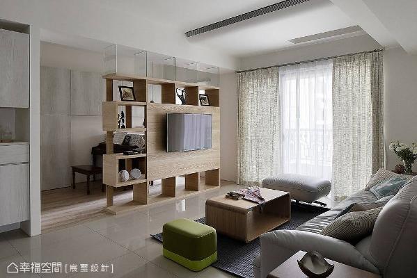 宸玺设计在客厅演绎上,规划一道具有穿透感的电视墙区隔书房机能,其回字的动线让行走更加顺畅,也让光线援引入内。