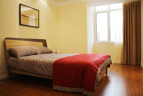 卧室布置得好坏,直接影响到人们的生活、工作和学习,卧室成为家庭装修设计的重点之一。因此,在设计时,人们首先注重实用,其次是装饰。