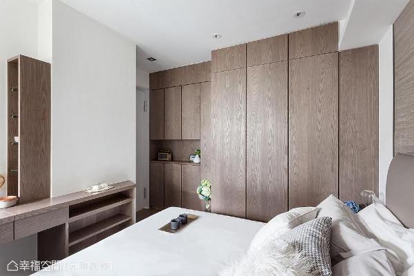 将柜体挑高至顶提供大量收纳机能,左侧更贴心利用壁面畸零空间设计梳妆柜,打造清爽利落的视觉立面。