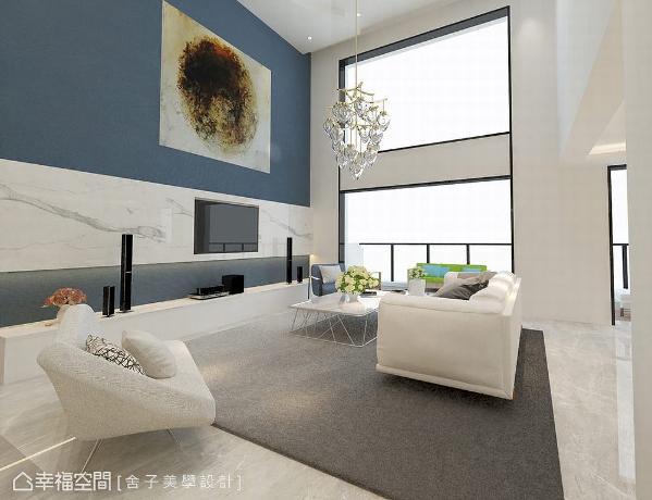 挑高五米的客厅具配豪邸气势,设计师詹秉萦于电视墙上以大理石及艺术品铺述,于光影交织的线面中体现其精致美感。 (此为3D合成示意图)