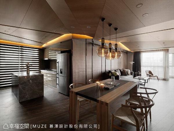 客厅、餐厅与厨房采开放式设计,让空间感更加宽敞,并藉由地坪材质作为场域划分。