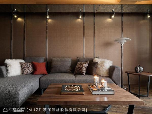以仿古铜质感的美耐板铺陈沙发背墙,暗喻和煦温暖的阳光,局部穿插镀钛金属线条,提升整体设计质感。