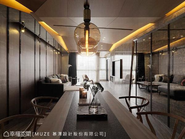 餐桌上方选搭圆形玻璃吊灯,其光滑晶莹质感,带来轻盈透亮的效果,为空间视觉画龙点睛。