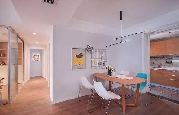 半透明的玻璃隔断及转角实现了内外贯通的丰富视野,有效地区隔出房子的功能区间,恰到好处地引入自然光线。