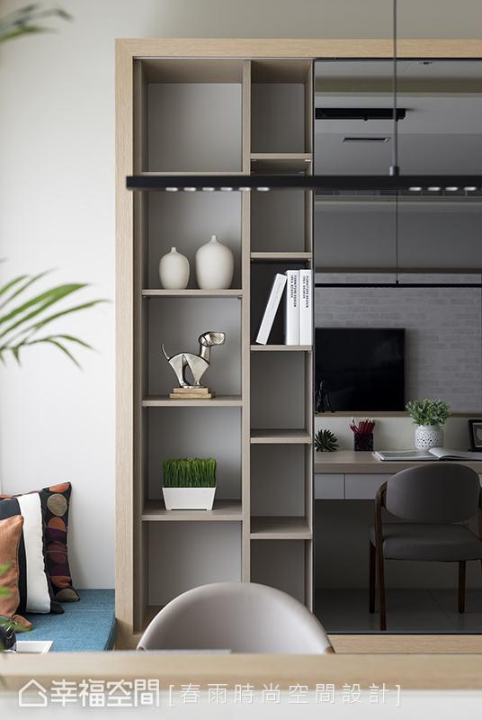 整面书柜采局部隐蔽、局部开放规划,并加装镜面滑门,可随着门片移动转换居家风景,成为屋主喜爱的设计巧思之一。