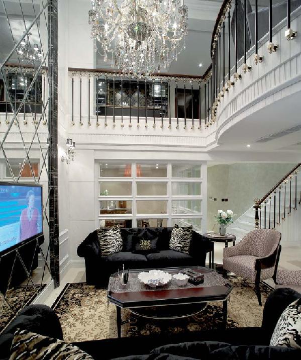 欧式装修风格给人们的一种感觉就是很豪华,看起来到处都是金壁辉煌,走进欧式风格的居室中,看到精美的设计造型,豪华的家具与装饰品的摆设,那种大气、高贵,让我们感觉到身处于贵族的环境中