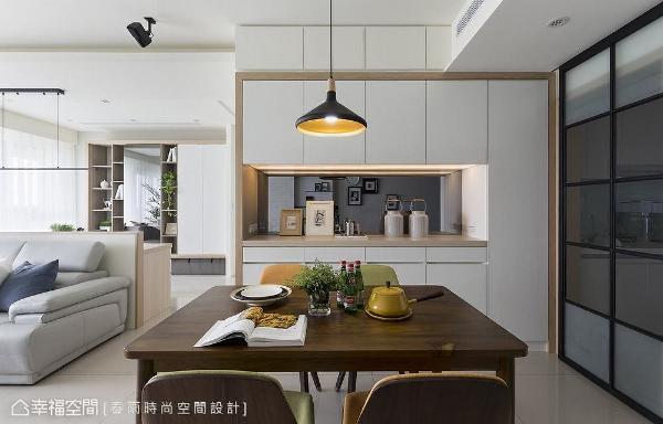 餐柜中间预留置物平台,底部贴饰镜面带来轻盈视觉;上方畸零地亦规划收纳空间,充分发挥空间坪效。
