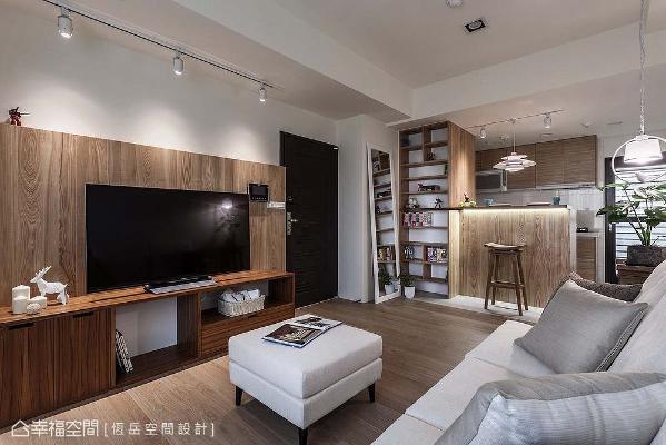 设计师蔡岳儒于电视墙铺设栓木皮,并搭配柚木木工机柜,呈现最无压的舒适感受。