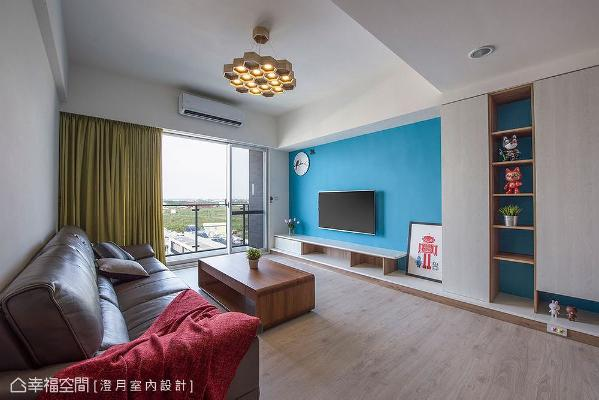电视墙以天空蓝为造型,带来活泼的跳色手法;天花板吊挂一盏蜂巢造型灯具做为主灯,跳脱出传统嵌灯设计窠臼,也让观者视觉聚焦于此。
