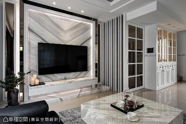 电视墙使用大理石打造而成,带来自然的山形纹路;边缘设置间接照明,再镶贴线板和灰镜做装饰,营造大气磅礡气势。