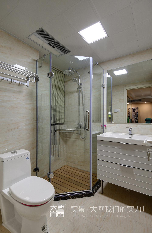 卫生间规划了独立的钻石淋浴区,精心挑选的台盆与马桶图片