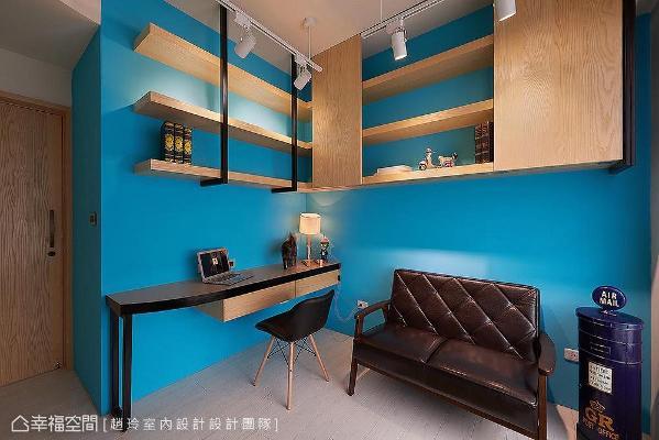 墙面以宝蓝色做跳色处理,增添独特的空间魅力;摆放复古皮革沙发,搭配L形铁件吊柜,带出强烈的工业风设计。