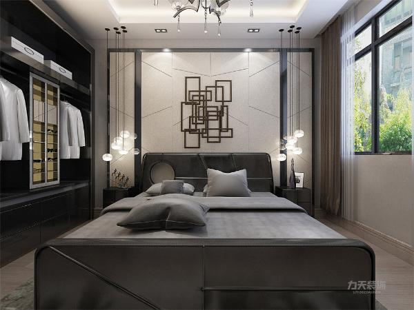 地面复合木地板,顶面回字形吊顶,下返150,暗藏灯带;卧室背景墙黑镜边框加       奶白色材质造型。整体黑灰色的双人床。