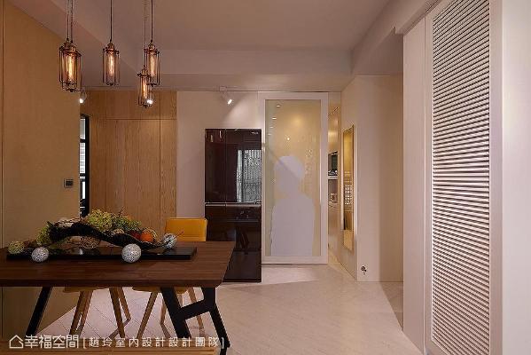 拉门以屋主剪影为造型,创造出视觉焦点,保留了通透视觉效果,即使阖上拉门没开灯的情况下,厨房仍有自然光让光线充足。