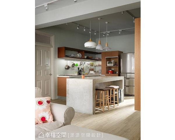 林佳蓓与胡欣儒设计师特别加设一座中岛,创造出轻食吧台区,一家人喜欢在此下厨、阅读、谈天,成为家中的核心互动场域。