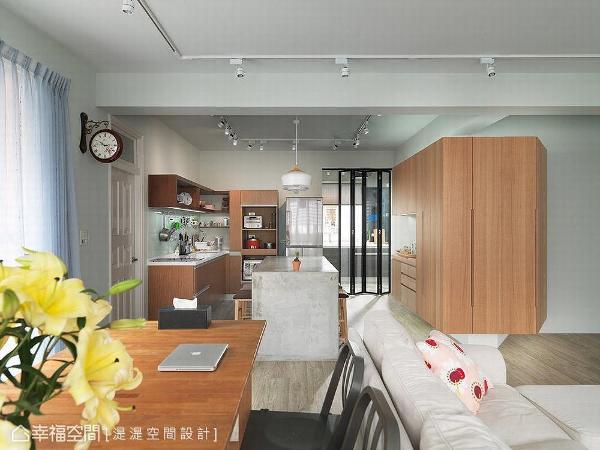 湜湜空间设计透过270度的三面柜,巧妙串联玄关、客厅与餐厨场域,同时提供各个区域充足的收纳量。