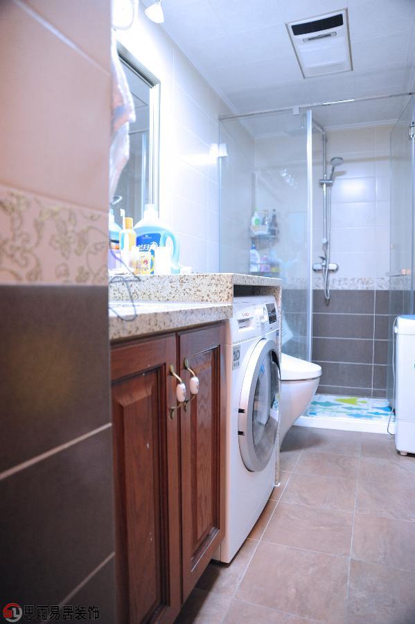 卫生间空间较小,设施布局紧凑,满足基本的使用功能。灰白色系的卫浴空间,简单大气,在忙忙又碌碌的工作过后,进入卫生空间中洗去一身的疲倦。