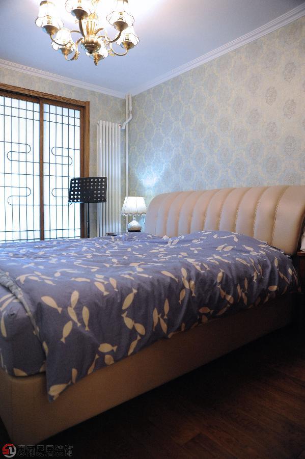 浅色壁纸,白色别致的床头灯,欧式衣柜,简洁大方的外观设计,不仅强调了家具的实用性,还强调了美感度,打造宽松闲适的家居氛围。